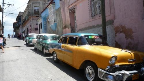 Una calle de Santiago, con los famosos coches antiguos cubanos.