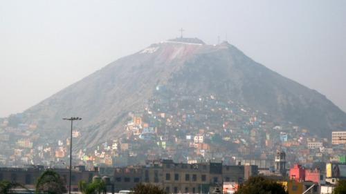 Cerro desde el que se ve Lima, cuando la bruma lo permite.